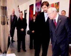 """Kedysi nahlíželi v Považskej galérii umenia do krivého zrcadla aj s prezidentom ani Nostradamus. foto"""" autor"""