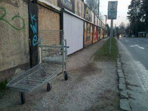 Odfajčený nákupný košík - symbol svavoľníctva - vidím to skoro všade. foto: autor