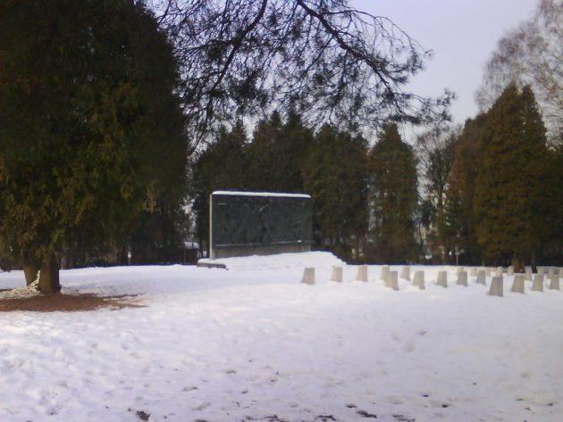 Cintorín padlých sovietskych vojakov v Žiline na Bôriku - vojenský cintorín. Nedávno ho oplotili a zamkli... Kde sa ísť pomodliť za padlých vojakov? foto autor: